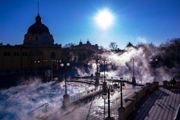 MTI132. Budapest (Hungary), 07/01/2017.- Visitors swim in the steaming water of the outdoor pool of Szechenyi Thermal Bath in Budapest, Hungary, 07 January 2017. (HungrÌa) EFE/EPA/Bea Kallos HUNGARY OUT
