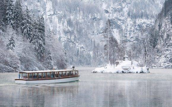 An excursion boat sails on the Koenigssee lake on January 6, 2017 near Koenigssee, soutehrn Germany. / AFP PHOTO / dpa / Sven Hoppe / Germany OUT
