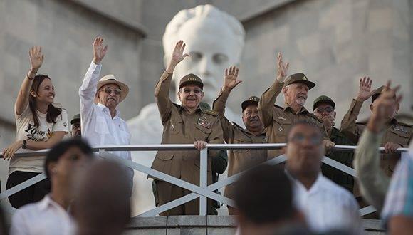 Con la presencia del General de Ejército Raúl Castro comenzó en la Plaza de la Revolución el Desfile Militar y Marcha del Pueblo Combatiente. Foto: Ladyrene Pérez/ Cubadebate.