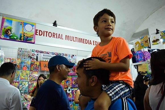 Numerosas familias se han llegado por los stand de la editorial. Foto: Cinthya García Casañas/ Cubadebate.