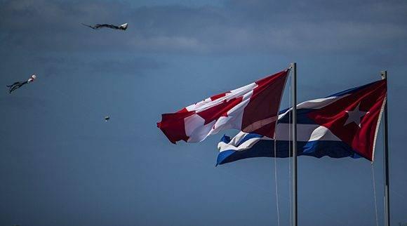 Las banderas de Cuba y Canadá reciben a los interesados en la lectura. Foto: L Eduardo Domínguez/ Cubadebate