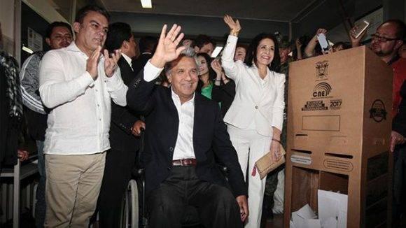 Lenín Moreno (al centro) celebra la victoria de su partido en las elecciones ecuatorianas. Foto: EPA.