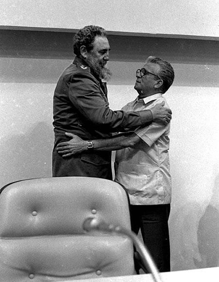 Fidel en el VI Pleno de la Union de Periodistas de Cuba (UPEC), se le impuso la Orden Felix Elmuza, que le fue otorgada en 1983, al cumplirse el Vigesimo Aniversario de esa organizacion, de manos de su presidente, Ernesto Vera, en el Palacio de las Convenciones. Fuente: Fidel Soldado de las Ideas.