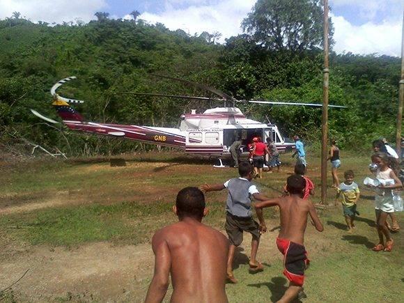 Con la llegada del helicéptero los vecinos de la comunidad acuden a despedirlos. Foto: Orlando Durán.