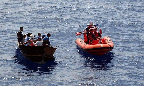 La Guardia Costera de EE.UU. intercepta a migrantes ilegales al suroeste de Cayo Hueso, Florida, en el 2007. Foto: EFE