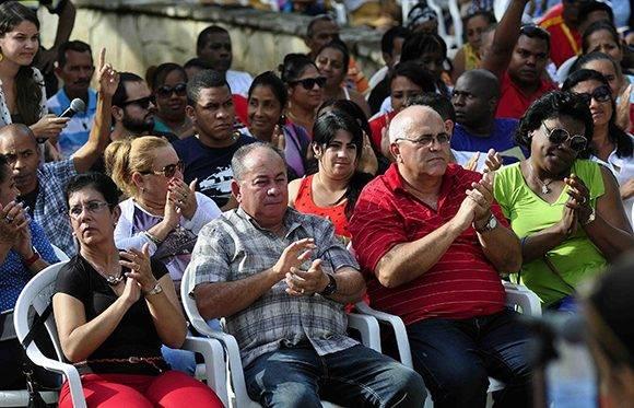 Lázaro Expósito Canto (centro izq.),  Primer Secretario del Comité Provincial del Partido Comunista de Cuba (PCC), y Carlos Rafael Miranda Martínez (centro der.), miembro del Consejo de Estado, y Coordinador Nacional de los Comités de Defensa de la Revolución (CDR), presiden el acto por el 139 Aniversario de la Protesta de Baraguá, realizado en el mismo lugar donde ocurrieran los hechos, en el Consejo Popular Baraguá del municipio Mella, en la provincia de Santiago de Cuba, el 15 de marzo de 2017. Foto: ACN/  Miguel Rubiera.