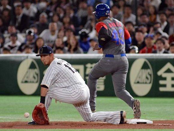 El pelotero Alexander Ayala, del equipo Cuba, se embasa en el primer juego frente a la selección de Japón, del Grupo B del IV Clásico Mundial de Béisbol, en el estadio Tokio Dome, de la capital de Japón, el 7 de marzo de 2017. ACN FOTO/Ricardo LÓPEZ HEVIA/Periódico Granma/sdl