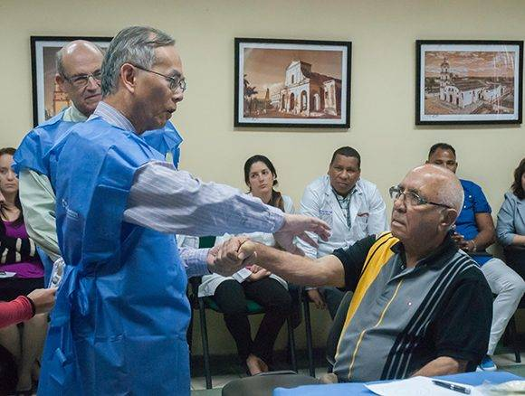 El Dr. Daniel Truong, Presidente del Instituto de Parkinson y Desórdenes del Movimiento, realiza reconocimiento de paciente con distonia de la mano de consulta externa, en el Centro Internacional de Restauración Neurológica (CIREN), en La Habana, Cuba, el 17 de marzo de 2017. ACN FOTO/Diana Inés RODRÍGUEZ RODRÍGUEZ/sdl