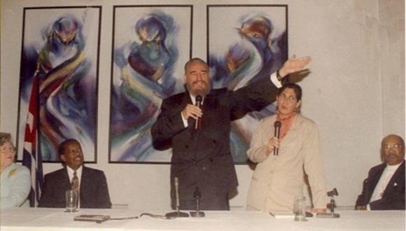 Pronuncia palabras ante los representantes de los movimientos de solidaridad con Cuba en los Estados Unidos, durante encuentro en la sede de la Embajada de Cuba ante la ONU, en New York, 25 de octubre de 1995. Foto: Fidel Sodado de las Ideas/Estudios Revolución