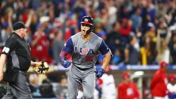 Giancarlo Stanton impulsó la tercera y cuarta carrera de Estados Unidos con un cuadrangular. Foto: @MLB.