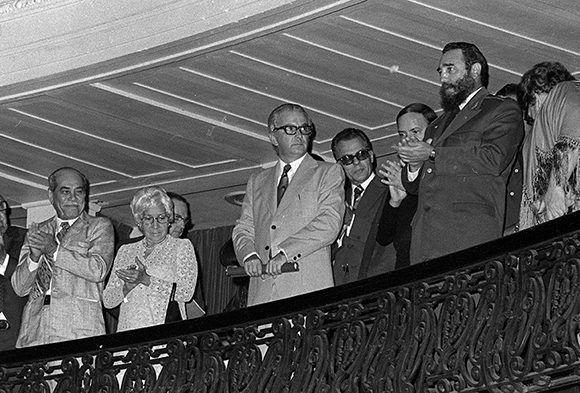 Comandante en Jefe Fidel Castro Ruz, junto a los miembros del Buró Político, Armando Hart Dávalos, Carlos Rafael Rodriguez y Blas Roca Calderio, en la Gala inaugural del VI Festival Internacional de Ballet, celebrado en ciudad de La Habana (1978). Foto: Tomás García/ Prensa Latina/ Fidel Soldado de las Ideas.