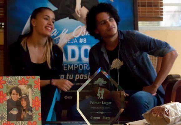 Jara y Osmani, junto a sus premios. Foto: L Eduardo Domínguez/ Cubadebate