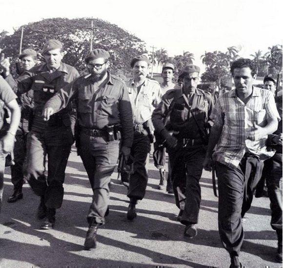 Fidel recorre Playa Girón con el Capitán Jose R. Fernández (a su derecha), 17 de abril de 1961. Foto: Periódico Granma/ Fidel Soldado de las Ideas.
