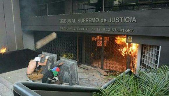 Sede de la Dirección Ejecutiva de la Magistratura es atacada por vándalos. Quemaron mobiliario, quebraron vidrios y reja de entrada. Foto: Vía Soy Reportero/ TeleSur.