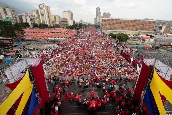 Pueblo chavismo colma avenida Bolívar de Caracas