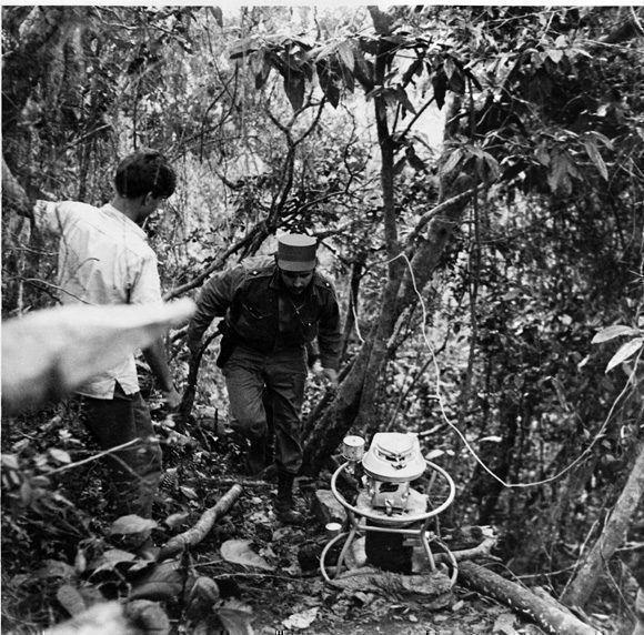 De la Comandancia de La Plata  a la casa donde se encuentran  instalados los equipos de la emisora  Radio Rebelde, hay media hora de camino subiendo loma. Hacia allí se dirige el Comandante en Jefe Fidel Castro luego de firmar la Ley de Reforma Agraria.