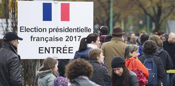 """Los franceses de todo el mundo acuden a votar este domingo en la segunda vuelta. Si gana Macron seguirán en la UE, si gana Le Pen puede ocurrir un """"Frexit"""". Foto: AP."""