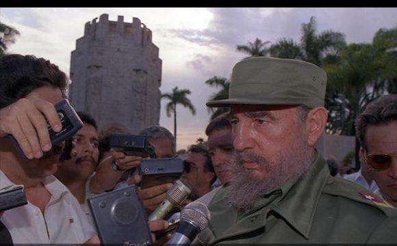 Entrevista concedida a la prensa nacional después de rendir tributo al Apóstol Nacional José Martí, en el cementerio de Santa Ifigenia, Santiago de Cuba, 19 de mayo de 1995. Foto: Estudios Revolución / Sitio Fidel Soldado de las Ideas