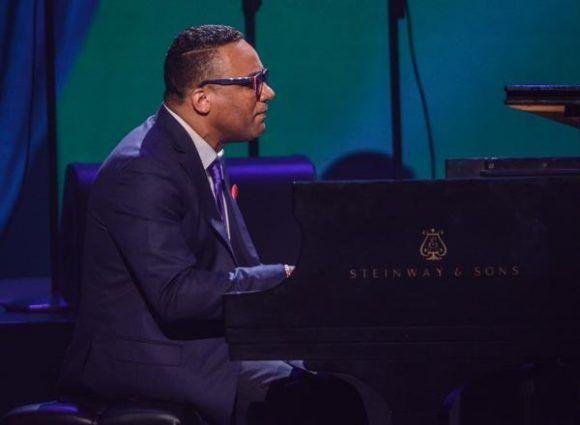 El pianista y compositor cubano Gonzalo Rubalcaba, durante la gala con motivo del Día Internacional del Jazz, en el Gran Teatro de La Habana Alicia Alonso, Cuba, el 30 de abril de 2017.   ACN FOTO/Marcelino VÁZQUEZ HERNÁNDEZ