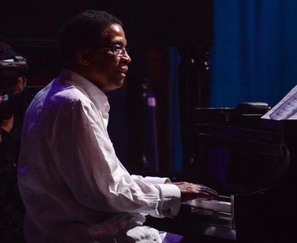 Herbie Hancock, pianista, tecladista y compositor estadounidense, durante la gala con motivo del Día Internacional del Jazz, en el Gran Teatro de La Habana Alicia Alonso, Cuba, el 30 de abril de 2017.   ACN FOTO/Marcelino VÁZQUEZ HERNÁNDEZ
