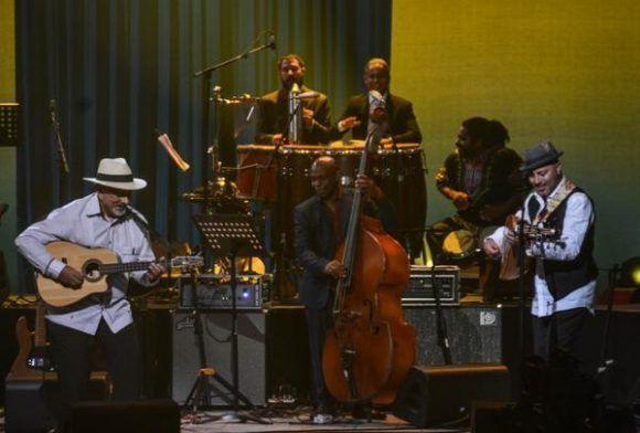 El guitarrista y tresista cubano Pancho Amat (I), durante la gala con motivo del Día Internacional del Jazz, en el Gran Teatro de La Habana Alicia Alonso, Cuba, el 30 de abril de 2017.   ACN FOTO/Marcelino VÁZQUEZ HERNÁNDEZ