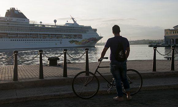 Llegada del crucero MN Norweian Sky a La Habana. Foto: Irene Pérez/ Cubadebate.