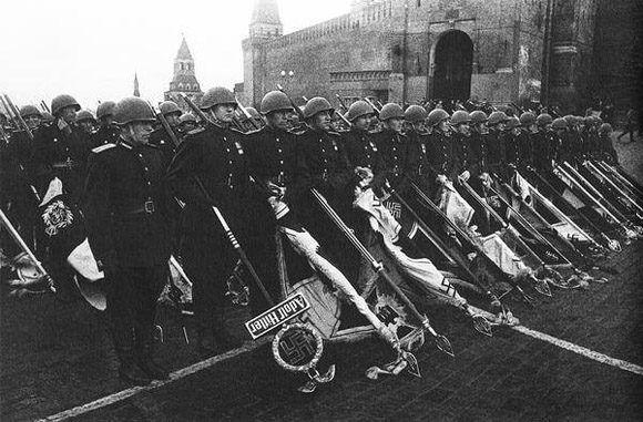 Los soldados soviéticos muestran los estándartes nazis caídos, en el desfile de la Victoria en la Plaza Roja, del 24 de junio 1945. Foto: Sputnik.