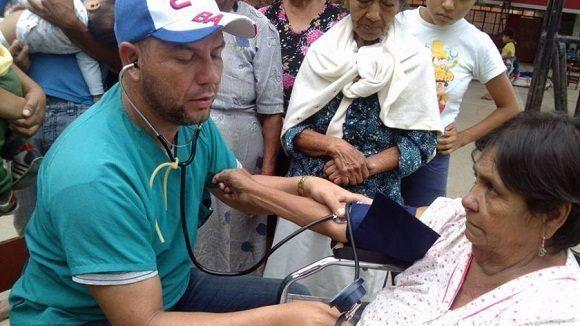 medicos-cubanos-asisten-a-damnificados-en-peru