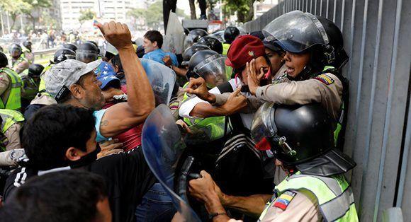 La oposición venezolana pretende desestabilizar el país mediante la violencia. Foto: Carlos Garcia Rawlins/ Reuters,