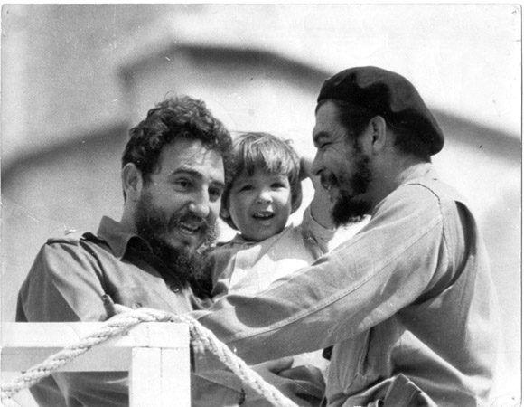 Ernesto Che Guevara junto a Fidel, y su hija Aleida Guevara. Foto: Cortesía del Centro de Estudios Che Guevara.