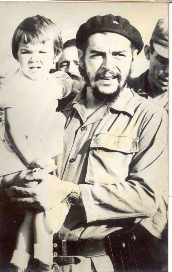 El Che junto a su hija Aleidita en mayo de 1964. Foto: Cortesía del Centro de Estudios Che Guevara.
