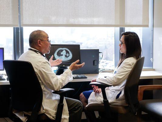 Dr. Kelvin Lee y Dra. Grace Dy discuten su trabajo en Roswell Park Cancer Institute. El Centro de investigaciones de Buffalo está probando una vacuna contra el cácer de pulmón producida en Cuba. Foto: Roswell Park Cancer Institute