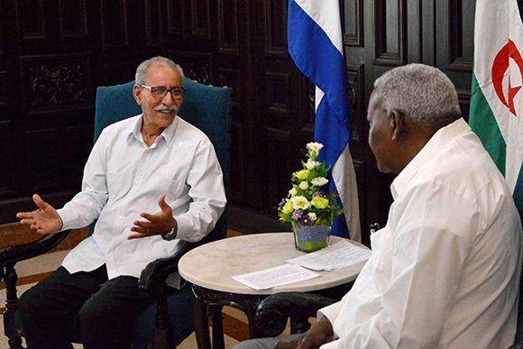 El diputado Esteban Lazo Hernández (D), presidente de la Asamblea Nacional del Poder Popular (ANPP), sostiene conversaciones con Brahim Ghali, presidente de la República Árabe Saharaui Democrática, en el Capitolio Nacional, sede institucional de la ANPP, en La Habana, Cuba, el 2 de junio de 2017. Foto: ACN/ Tony Hernández.