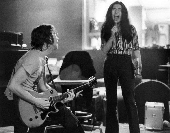 John Lennon y yoko Ono. Foto tomada de miramebien.com.