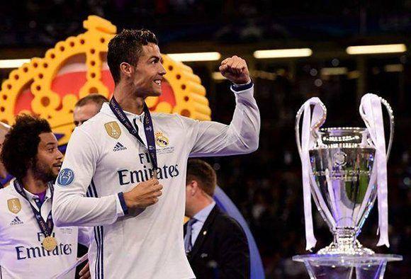 Cristiano Ronaldo junto a la duodécima Copa de Europa del Real Madrid. Foto: @FIFA/ Twitter.