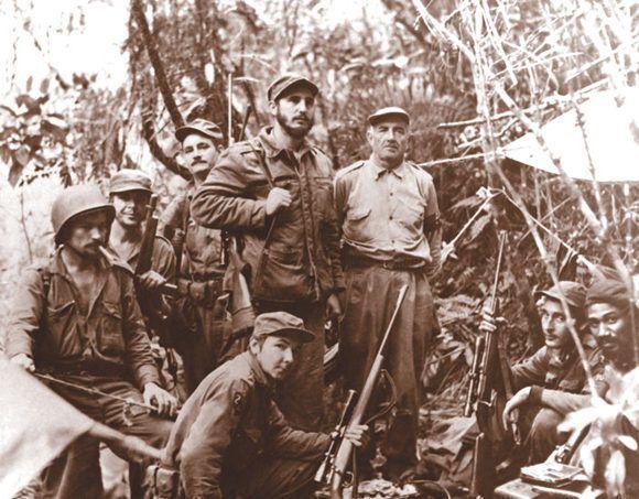 Fidel (centro) y Raúl (agachado) junto a otros miembros dle Ejército Rebelde. Foto: Fidel Soldado de las Ideas.
