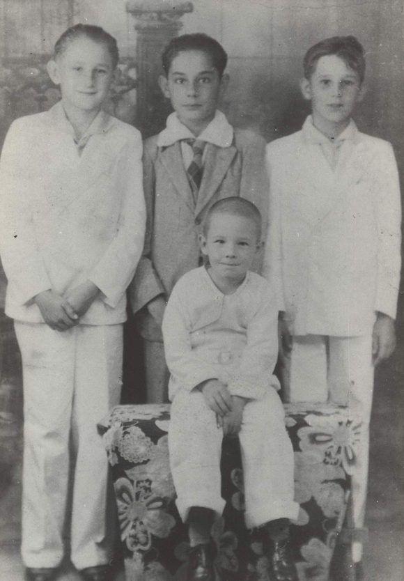 Raúl sentado, Fidel a la derecha, Ramón Castro a la izquierda y Cristobal Boris al centro en el colegio La Salle de Santiago de Cuba (1936). Foto: Fidel Soldado de las Ideas.