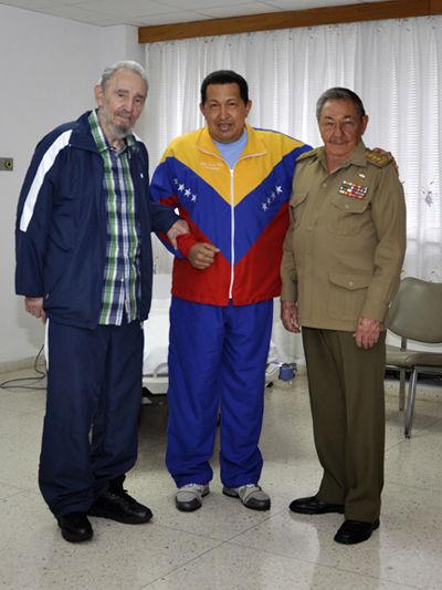 """Fidel y Raúl visitan a Chávez, durante su recuperación después de ser operado de urgencia de un absceso pélvico en La Habana. Fuente: Sitio """"Fidel Soldado de las Ideas"""""""