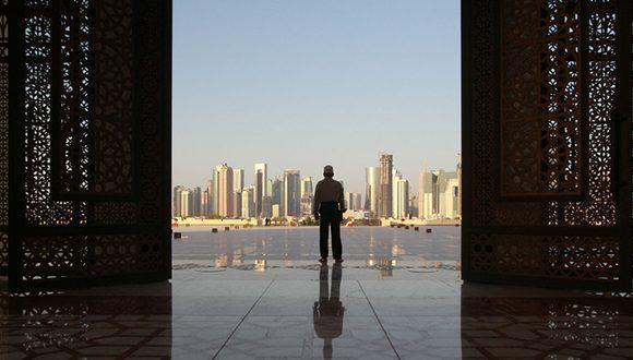 Un hombre en la mezquita Imam Muhammad ibn Abd al-Wahhab en Doha, Catar, el 9 de junio de 2017. Foto: Naseem Zeitoon/ Reuters.