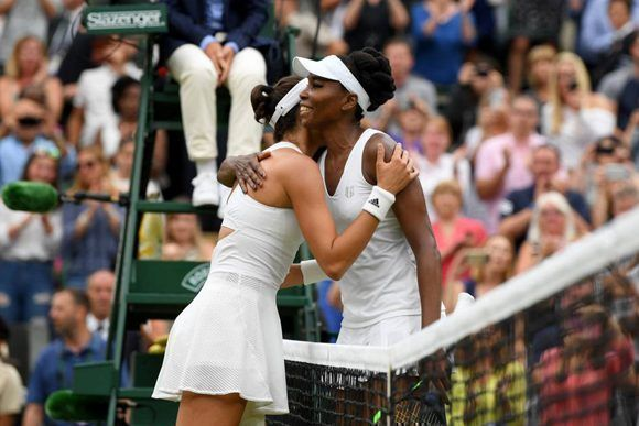 Venus Williams felicita a Garbiñee Muguruza tras su victoria. Foto: Getty Images.