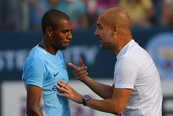 Pep Guardiola, DT del Machester City, conversa con Fernandinho. Foto: Getty Images.