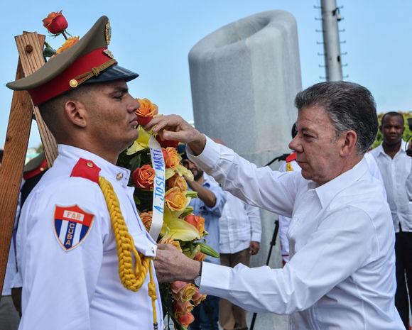 Juan Manuel Santos depositó una ofrenda floral ante el monumento que perpetúa la memoria del Apóstol de Cuba. Foto: Marcelino Vázquez Hernández/ ACN.
