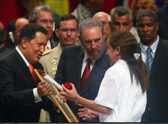 Fidel y Chávez en la Primera Graduación de la ELAM. Foto: Estudios Revolución / Sitio Fidel Soldado de las Ideas