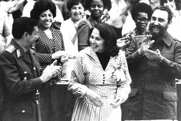 Participa en la clausura del III Congreso de la Federación de Mujeres Cubanas, a su lado Vilma Espín Guillois, Secretaria de la FMC y el General de Ejército Raúl Castro Ruz, el 8 de marzo de 1980, Autor: Jose L. Anaya. Foto: Juventud Rebelde/ Sitio Fidel Soldado de las Ideas
