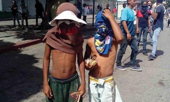 Niños en las guarimbas. Foto: Twitter.