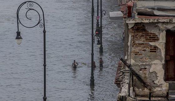 El agua del mar penetró cientos de metros en el norte de la capital cubana. Foto: Ismael Francisco/ Cubadebate.