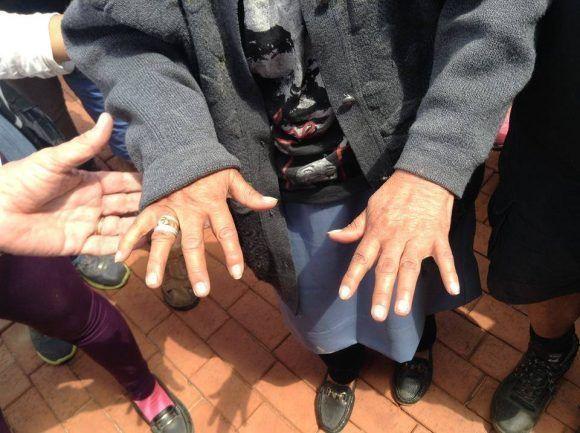 Las manos que lavaron al Che. Foto: Delegación de jóvenes cubanos presentes en Bolivia en el 50 aniversario