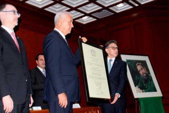 El título fue entregado en acto solemne por Alfredo Barrera, rector de ese centro de altos estudios, a Pedro Núñez Mosquera, embajador cubano en la nación azteca. Foto: Cubaminrex.