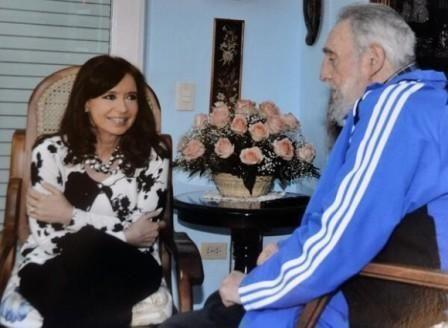 Fidel sostiene un fraternal encuentro con la expresidenta de Argentina, Cristina Fernández de Kirchner, previo a la reunión de mandatarios de la II Cumbre de la Comunidad de Estados Latinoamericanos y Caribeños (Celac), el 26 de enero de 2014/ Sitio Fidel Soldado de las Ideas.