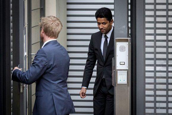 A la derecha, el director del equipo París Saint-Germain Nasser al-Khelaifi tras salir de las oficinas del procurador en Suiza, cuestionado por haber sobornado a un oficial de la FIFA. Foto: Fabrice Coffrini/Agence France-Presse/ Getty Image.